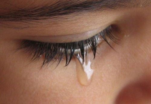 wanita lah yang seringkali menitikan air mata ketimbang sang pria
